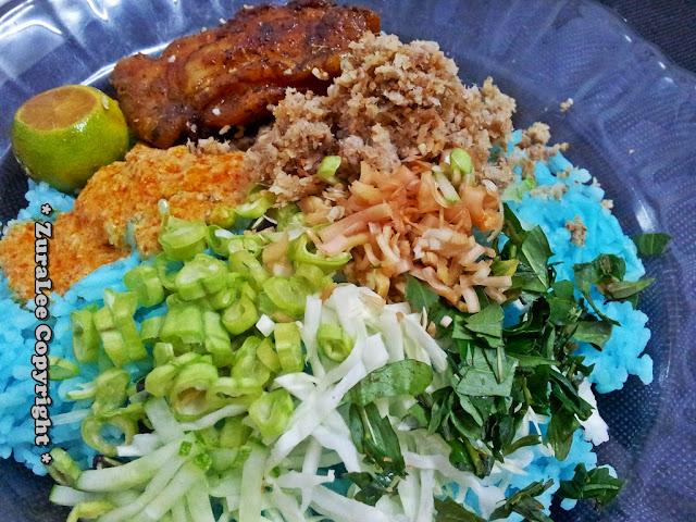 Aritu kitorang makan nasi kerabu dengan ayam bakar kunyit. Budu tu