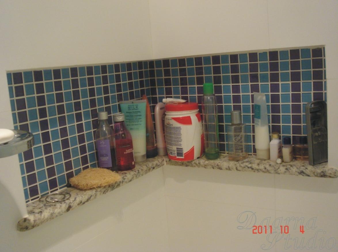 Nicho na área de banho revestido com pastilhas #A0312B 1174x877 Banheiro Com Pastilha Atras Do Vaso Sanitario