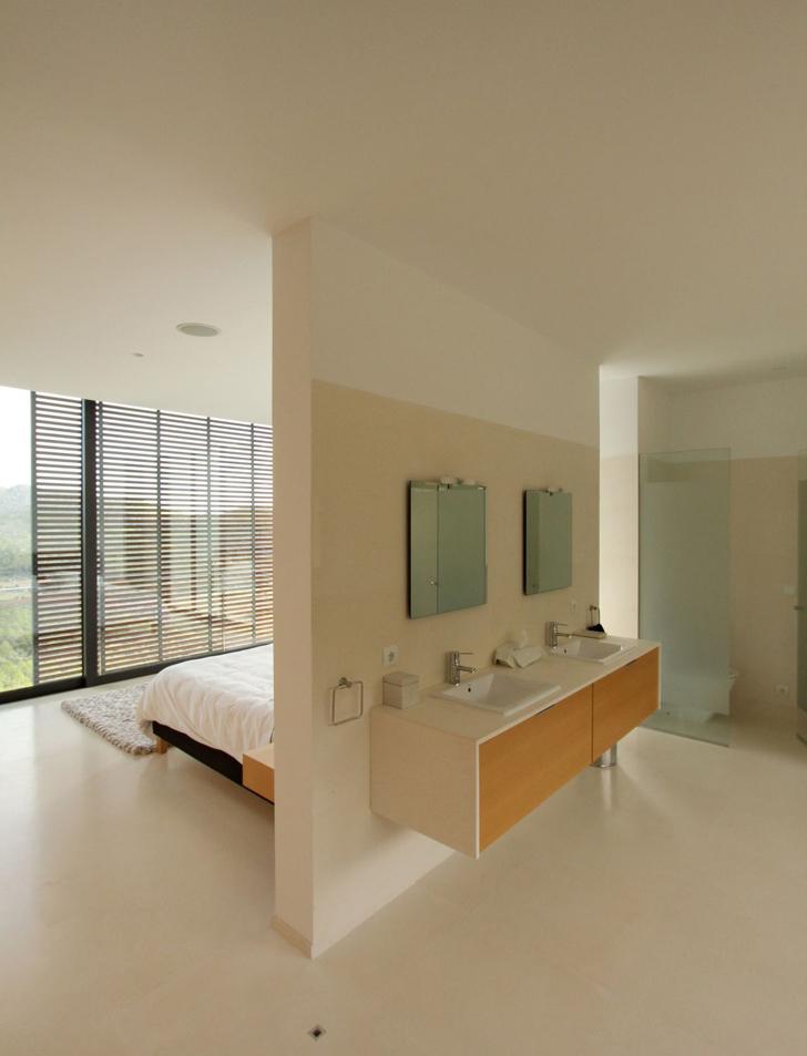 Bedroom and bathroom in Casa 115 by Miquel Àngel Lacomba