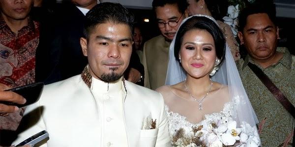 Mikha til cantik dengan menggunakan gaun putih ditemani ayahnya