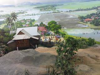 Kita disajikan dengan lukisan yang cantik menggambarkan panorama sawah