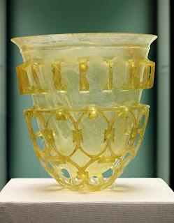 كوب روماني يعود للعصر الرابع الميلادي