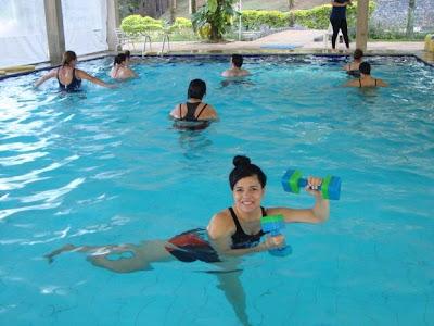 De coque, Mara Maravilha se exercita em piscina