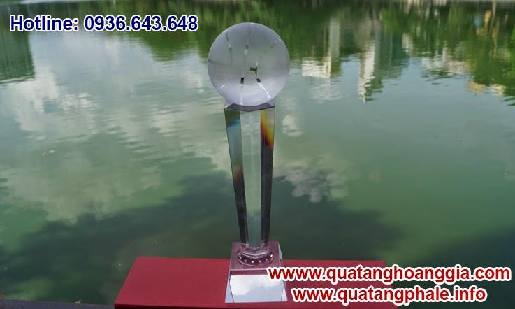 Chiếc cúp pha lê dành riêng cho giải thi đấu thể thao bóng rổ hoặc bóng chuyền sẽ làm tôn vinh những nhà vô địch với chiếc cúp lưu niệm