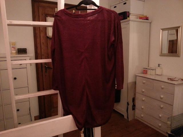 Roter Pullover - von hinten