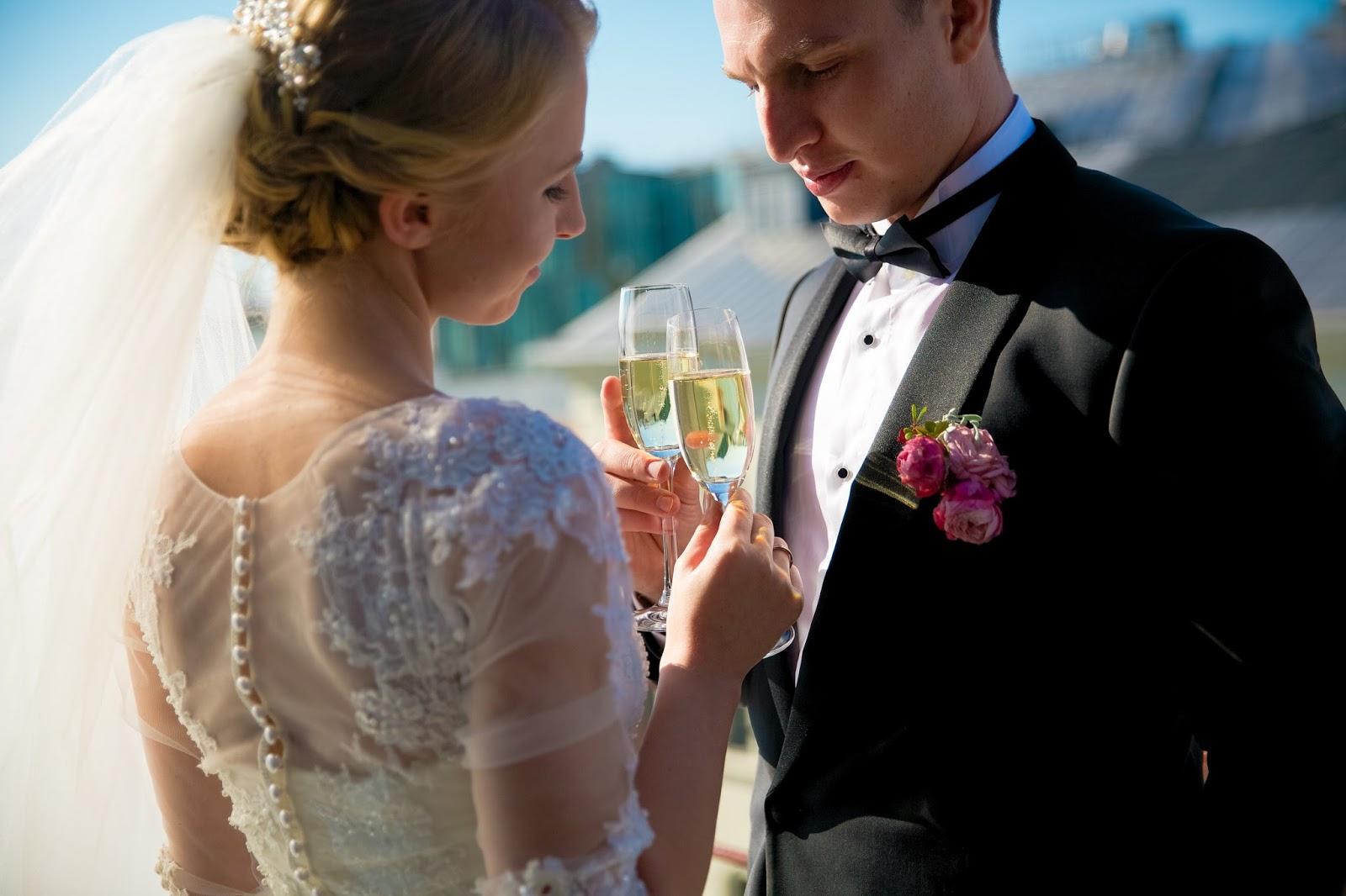 жених и невеста с бокалами шампанского