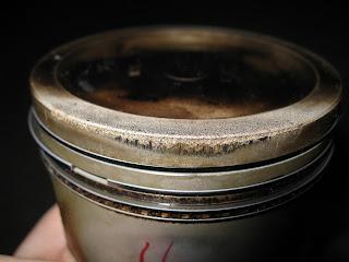 pistone danneggiato dalla detonazione in prossimità dei bordi
