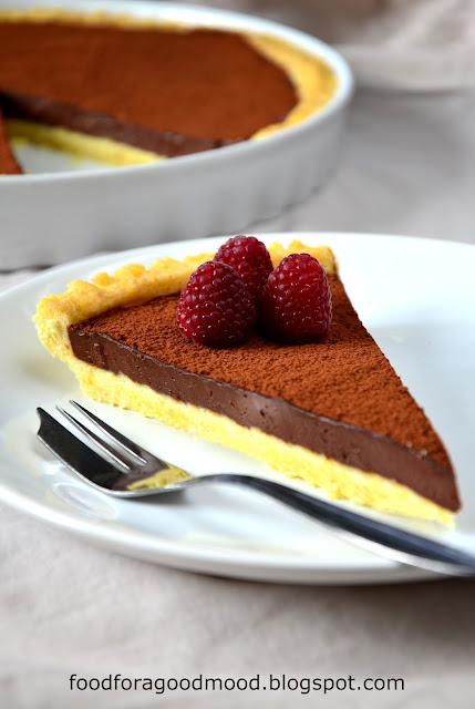 To czekoladowe cudo z pewnością uwiedzie Was smakiem... Słodko-słone kruche ciasto, a na nim intensywnie czekoladowy krem ganache. Gdzieś w tle dają znać o sobie amaretto i gorzkie kakao... Uwaga! Wskazany umiar, bo uzależnić się można już po jednym kawałku... :)