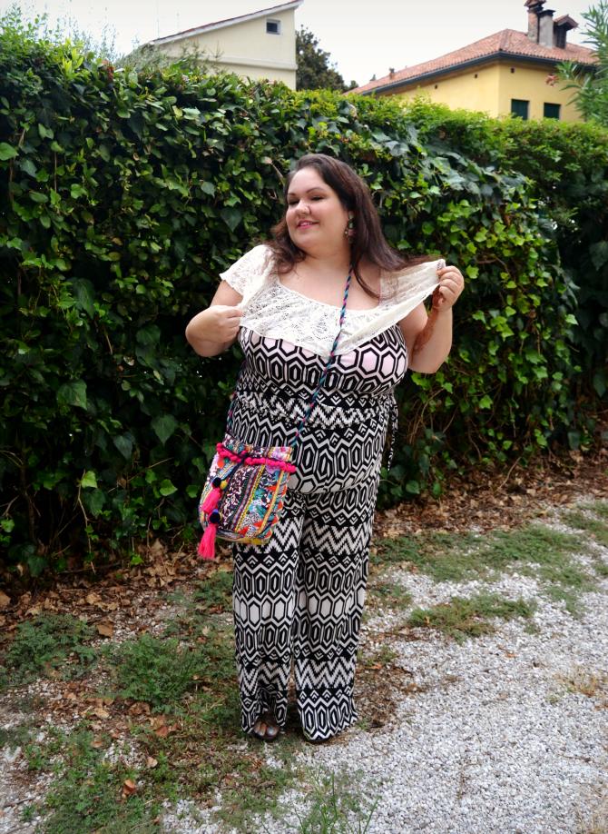 outfit plus size con jumpsuit monochrome di Mat fashion da Navabi, orecchini appariscenti, borsa etnica e mehndi