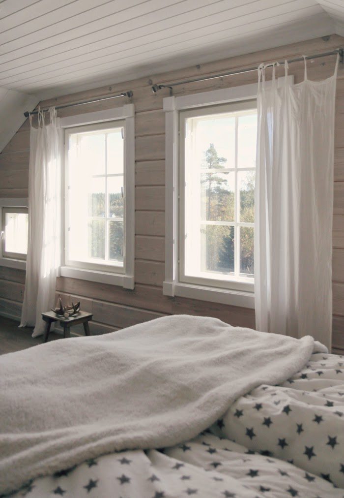 white bedroom, log house, hirsitalo