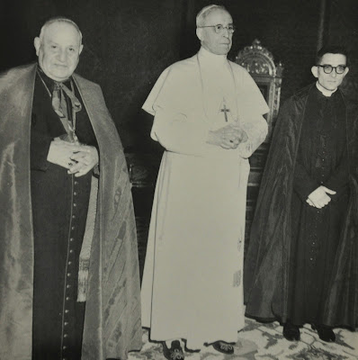 El cardenal Roncalli (aquí con su secretario don Loris Capovilla) desobedeció en el primer consistorio de su papado la orden terminante de Pío XII de que monseñor Montini jamás fuera creado cardenal