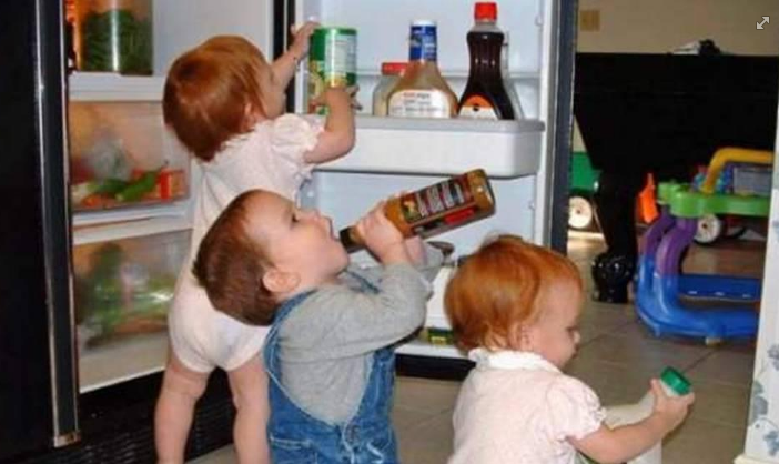 funny pictures: kids raiding fridge