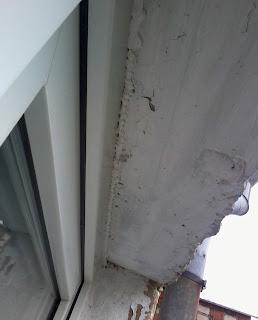 Чем заделать щель между окном