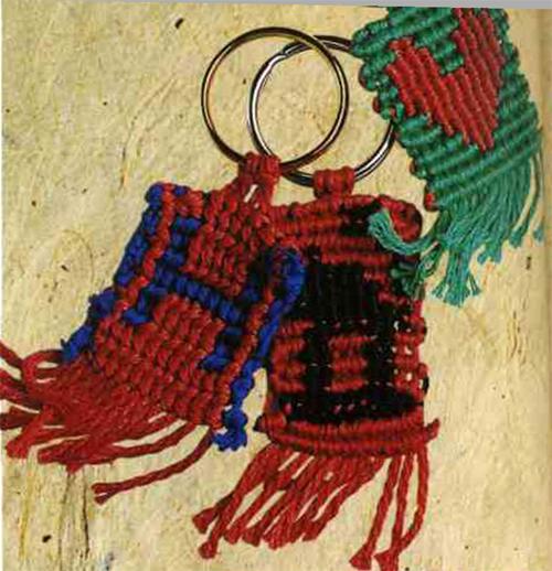 Брелок с узором техникой макраме