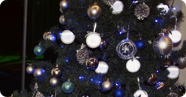 Árvore de Natal azul e prata