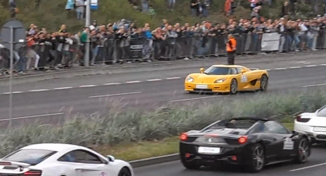 Supersportwagen verliert Kontrolle und kracht in Menschenmenge