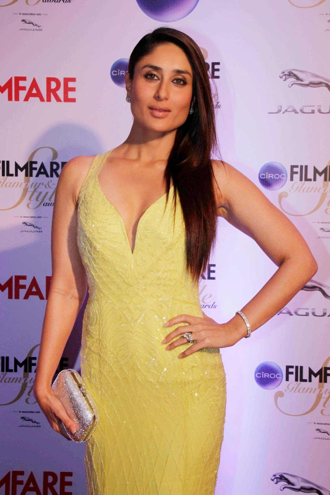 kareena kapoor sexy cleavage show in a yellow dress at ciroc filmfare