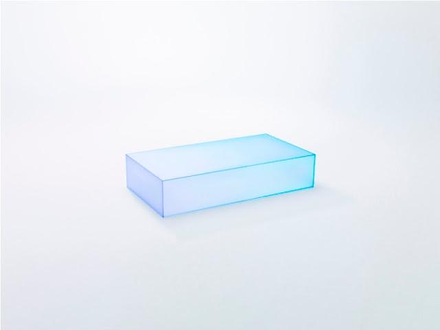 Meja Kaca Dengan Gradasi Cahaya