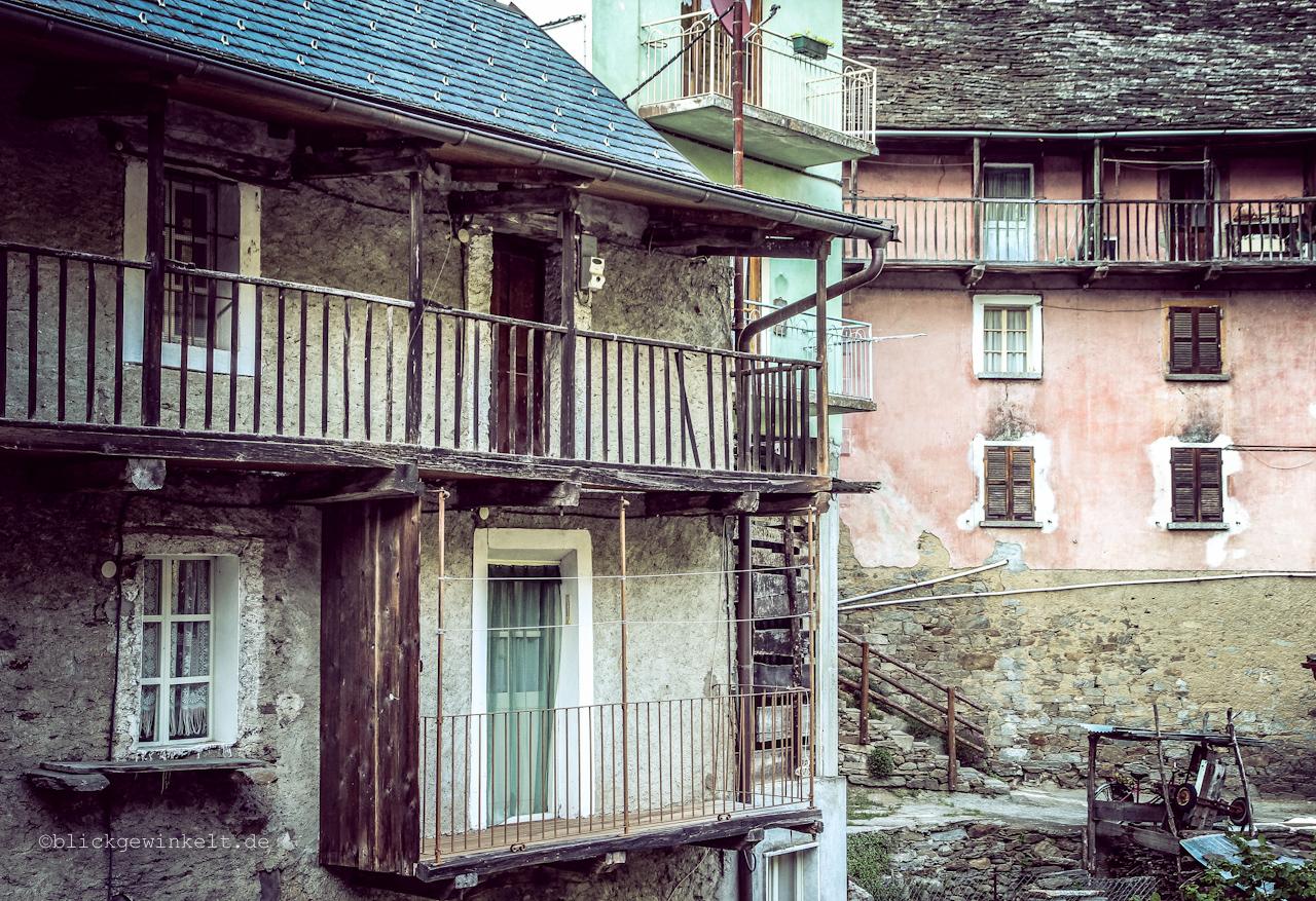 Balkone an Häusern im Piemonte