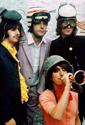 the beatles con cascos - foto graciosa