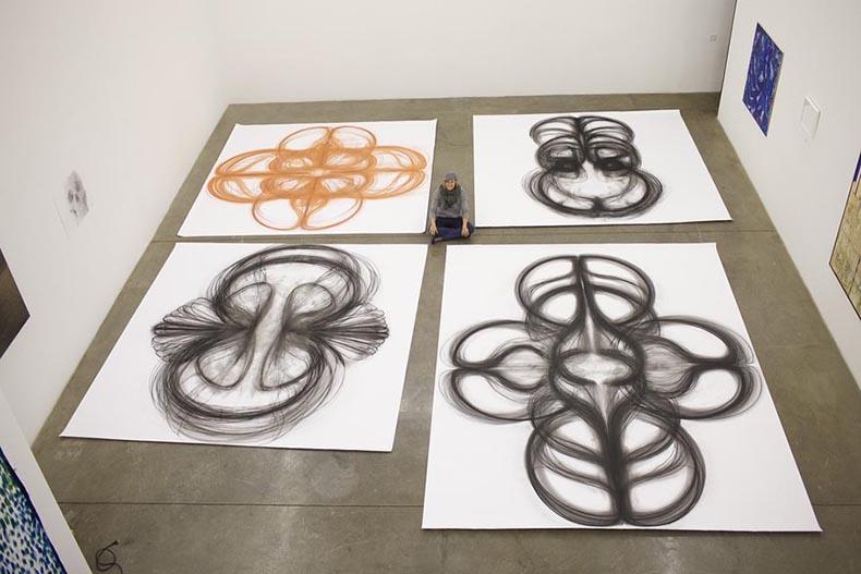 Artista cobierte movimientos de baile en hermosos dibujos al carboncillo