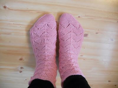 Rosa strikket sokker i hullmønster
