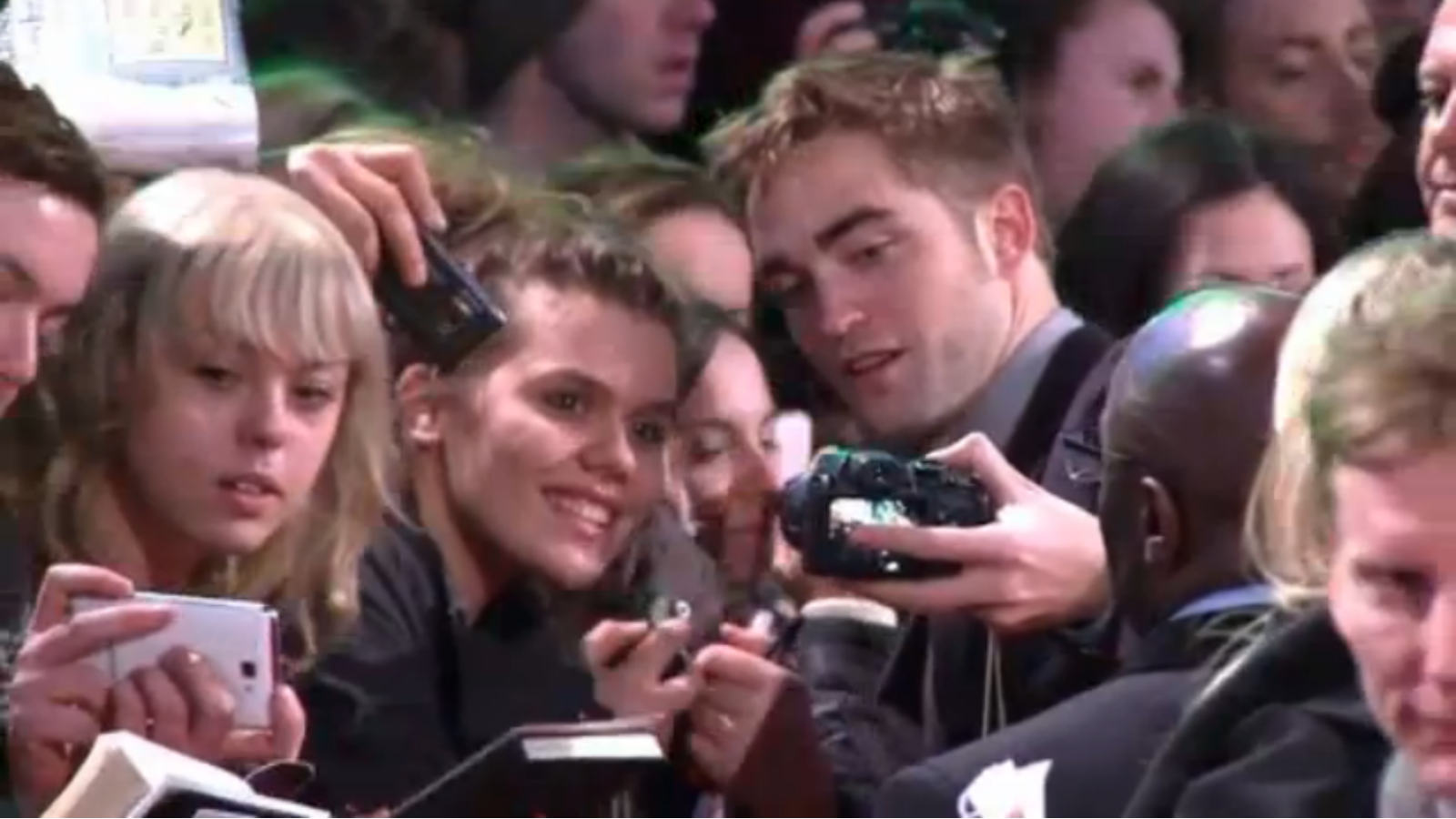 http://3.bp.blogspot.com/--jRiucQP5Yk/UKS3HyQQroI/AAAAAAAASxQ/zEnUxZUgvUM/s1600/Kristen+Stewart,+Robert+Pattinson+And+Taylor+Lautner+Attend+The+Twilight+Premiere+In+London+3.png
