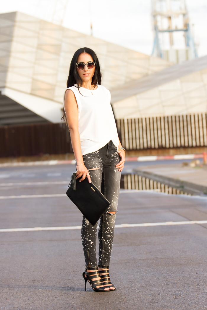 Look con jeans con lejia top de Mango nueva coleccion y gafas Prada