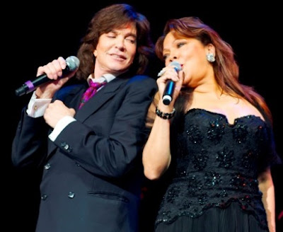 Angela Carrasco cantando con Camilo Sesto