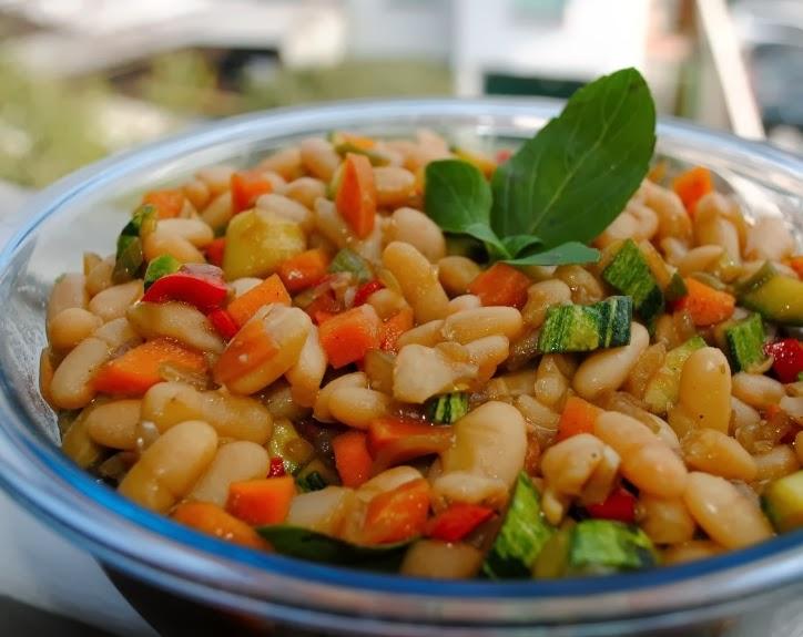Salada de Feijão Branco com Legumes (vegana)