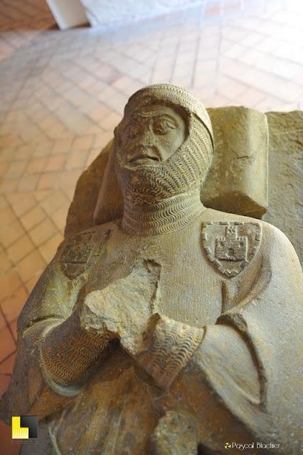Gisant de chevalier château comtal de Carcassonne photo blachier pascal