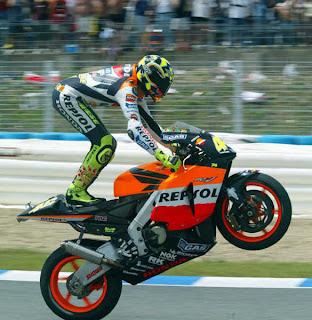 Aksi Wheelie Dari Valentino Rossi