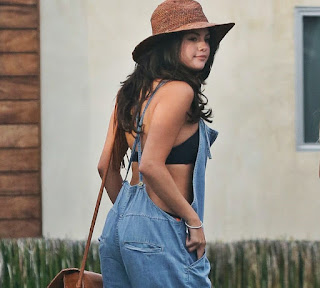 Selena Gomez Spotted Wearing a Very Loose Sexy Dress in Venice Hot Sexy Skin Show