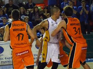 Nacho Yañez bloqueando a R.Kurz.
