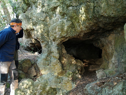 El Manel davant de les boques d'entrada de la Cova de l'Home Mort