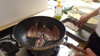 港区(恵比寿・広尾)のキッチン付きレンタルルーム:いわし調理中