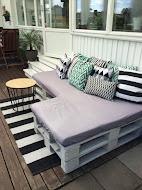 Min hemmabyggda soffa på altanen av EU-pall