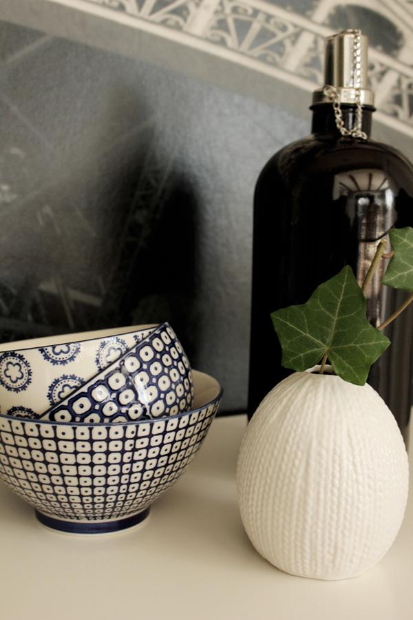 svart oljelampa, oljelampa från village, skålar med blå dekor, liten vit vas med kvist