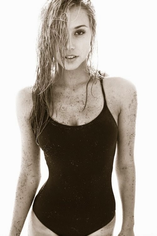 Linda modelo Alexis Ren fotografada por Lucas Passmore ensaio sensual na praia