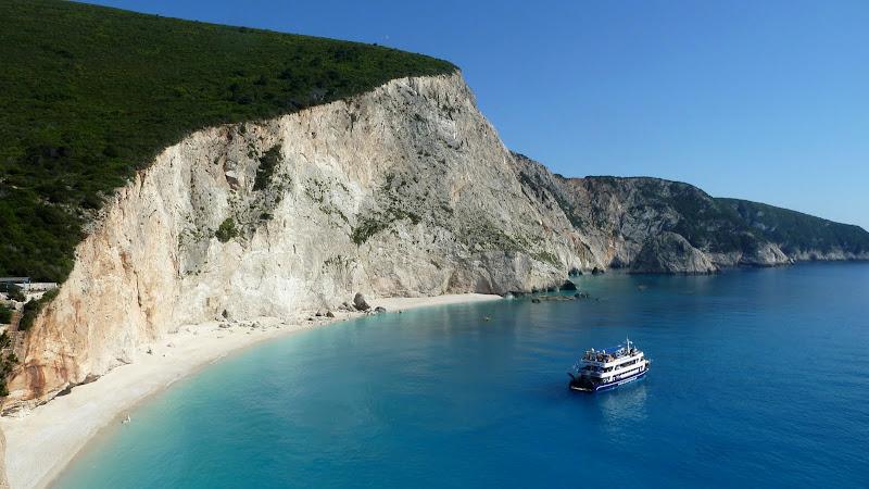 Ausflugsboot in der Bucht von Porto Katsiki (Lefkas - Lefkada)