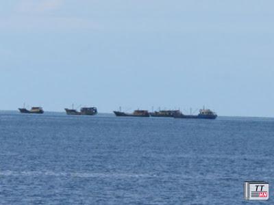 Thấy tàu của lực lượng cảnh sát biển, tàu cá lạ đã thả neo, dừng đánh bắt cá.