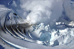 Alaska: de la vapeur sort de la cheminée supérieure du cratère du mont Redoubt.
