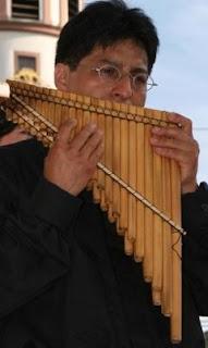Foto de músico tocando la zampoña cromática