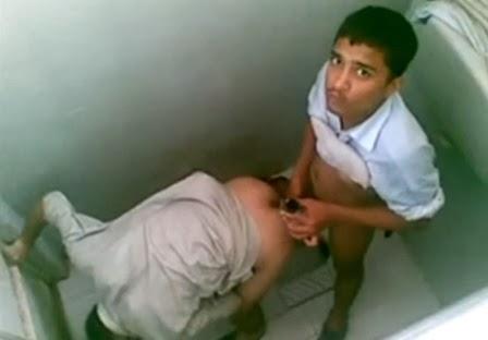teen fudendo no banheiro