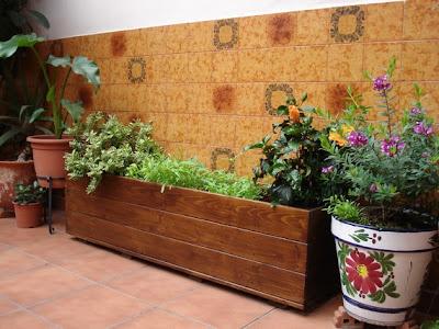 Arte y jardiner a el jard n en macetas - Jardineras de madera caseras ...