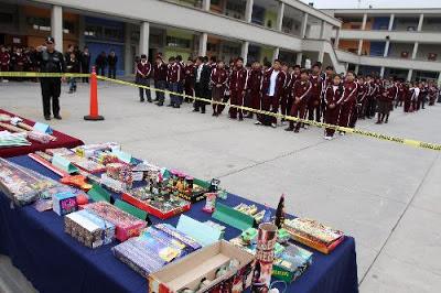 Campaña de la Policial Nacional contra el uso de pirotécnicos con alumnos del colegio Alfonso Ugarte