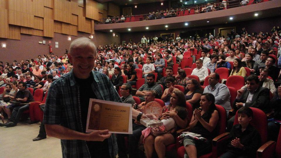Girardi recebendo o TOP1 Brasil de Empreendedorismo na Universidade Paulista