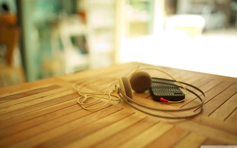 http://3.bp.blogspot.com/--s811jDAwSo/T9G72mONuZI/AAAAAAAAANc/QHy9_DcO3KA/s1600/headphones_my_iphone_3-wallpaper-1440x900.jpg