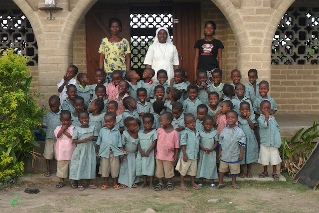 I bambini della scuola della missione di Atchanvé in Togo nella foto di classe