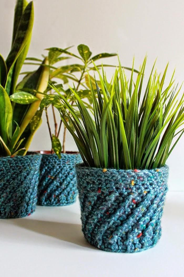 http://theinspiredwren.blogspot.com/2014/08/couch-craft-spiral-crochet-planter.html